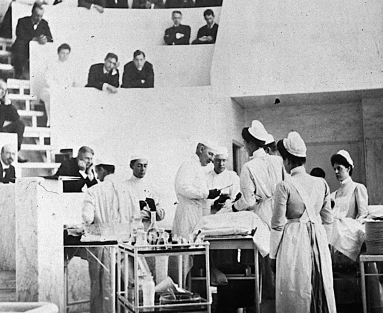 Photograph of an operation in a surgical amphitheater