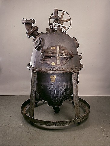 The original Bakelizer, used by Baekeland and his coworkers from 1907 to 1910 to form Bakelite by reacting phenol and formaldehyde under pressure at high temperatures. Smithsonian Institution.